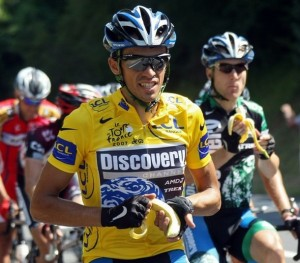 Yellow jersey Alberto Contador (Discovery Channel/Usa) (L) and his US teammate Levi Leipheimer eat a banana while riding during the 18th stage of the 94th Tour de France cycling race between Cahors and Angouleme, 27 July 2007. AFP PHOTO / FRANCK FIFE (Photo credit should read FRANCK FIFE/AFP/Getty Images)